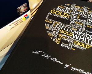 Stampa del bianco, oro, trasparente e argento su carta nera e colorata